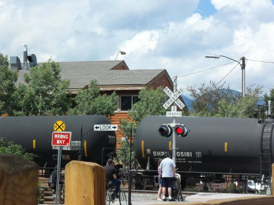 Altitudes Bar & Grill: Train watching