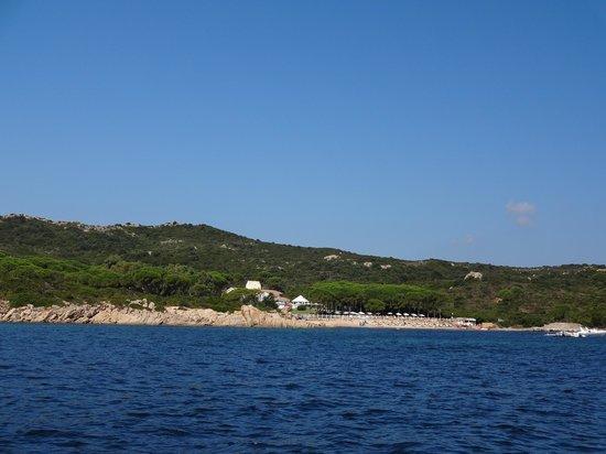 Hotel La Coluccia : l'hôtel Coluccia et sa plage vue de la mer
