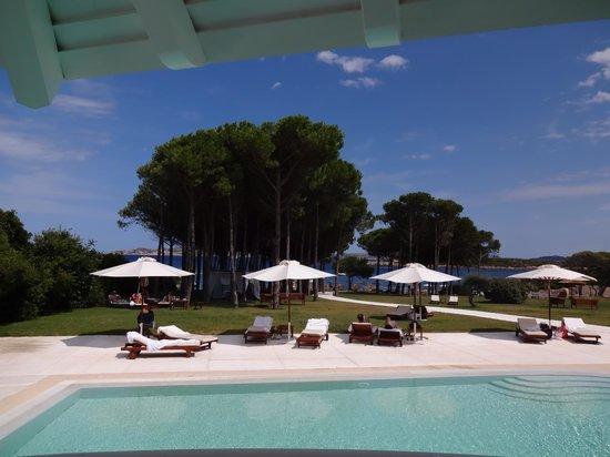 Hotel La Coluccia : vue du restaurant-terrasse sur la plage