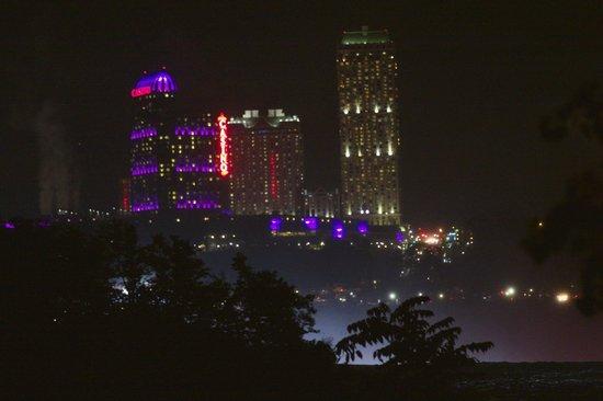 Niagara Falls Walking Tours: Niagara Falls, Ont at night