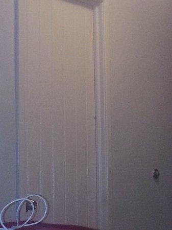 Emporio Mazatlan: Cucaracho mediano en la puesta del baño