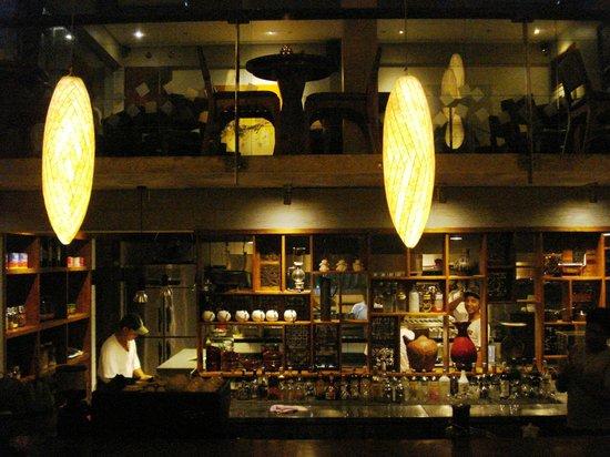 Three Monkeys Sanur: bar and open kitchen