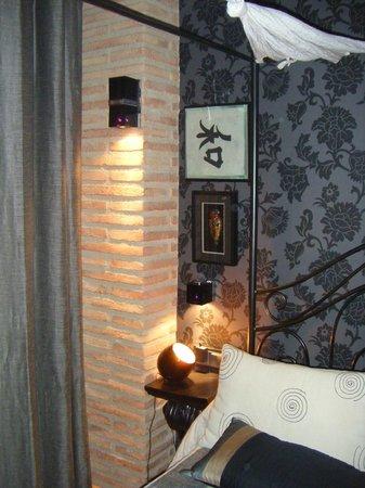 Hotel Boutique Maribel: Bedside table and coloured light