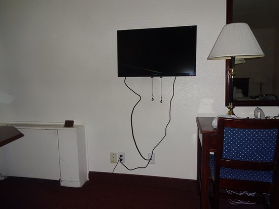 Econo Lodge Near Reno-Sparks Convention Center: TV small, can not swivel