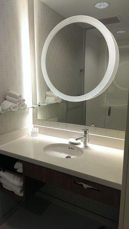 SpringHill Suites Anchorage University Lake: Shower room