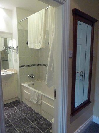 Killarney Lodge: Bathroom