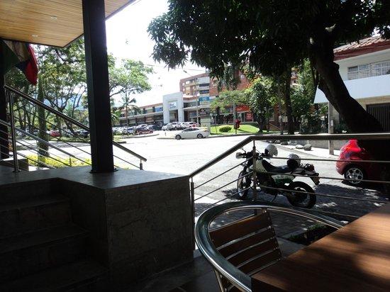 Hotel Golden Palermo: Foto tomada desde las mesitas de la entrada del hotel. Se puede ver el Mall Laureles a escasos m