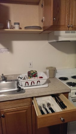 Alaska's Select Inn Hotel: Dishes and silverware are included