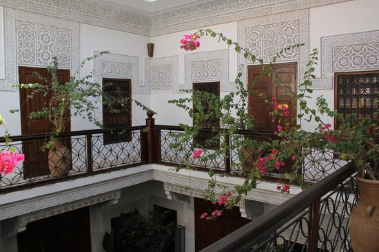 Riad Les Nuits de Marrakech: The second floor balcony overseeing the courtyard below