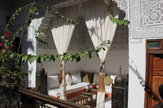 Riad Les Nuits de Marrakech: Second floor lounge area.