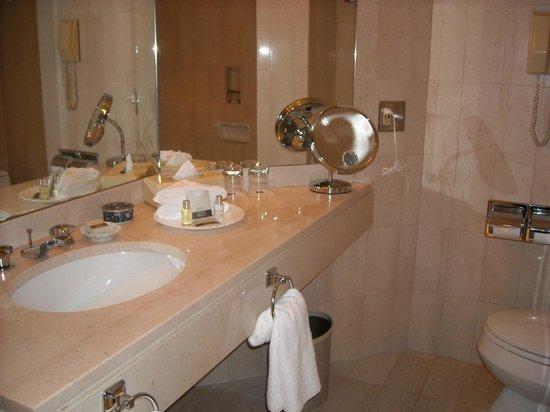 Metropolitan Hotel Vancouver: Marble bathroom