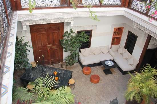 Riad Les Nuits de Marrakech : View from just outside our door to the coutyard lounge area below
