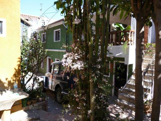 Wasi Masi Casa de Huespedes: Vintage car in the picturesque internal courtyard
