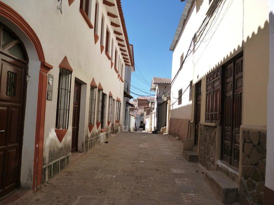Wasi Masi Casa de Huespedes: Front door (right) opens onto small street (watch for cars!)
