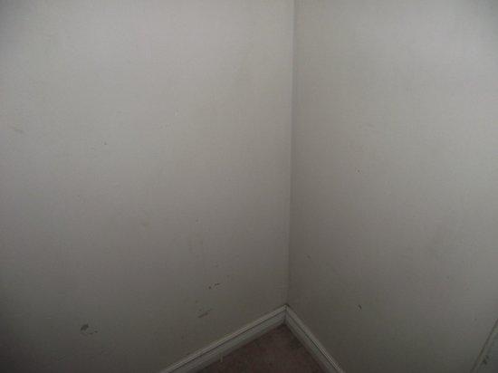 Metro Inn: wall
