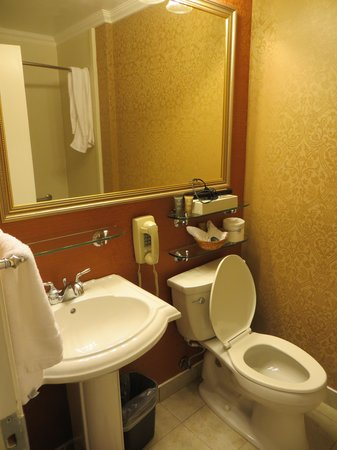 Millwood Inn & Suites: Bath