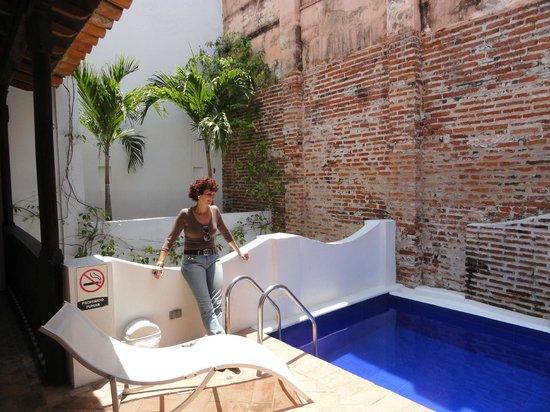 Alfiz Hotel: A Piscina fica no terraço no 2º piso