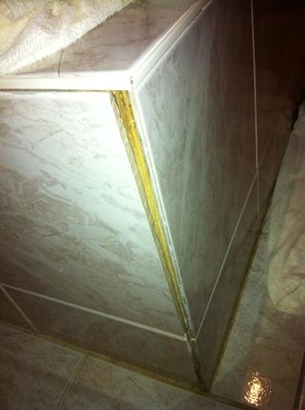 أوبيرج لا بوت روج: upstairs bathtub