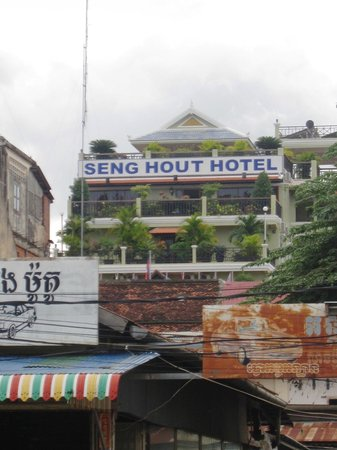 Seng Hout Hotel: Seng Hout from the riverfront