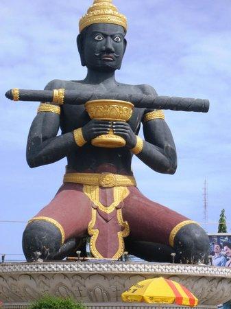Seng Hout Hotel: Battam Bong statue