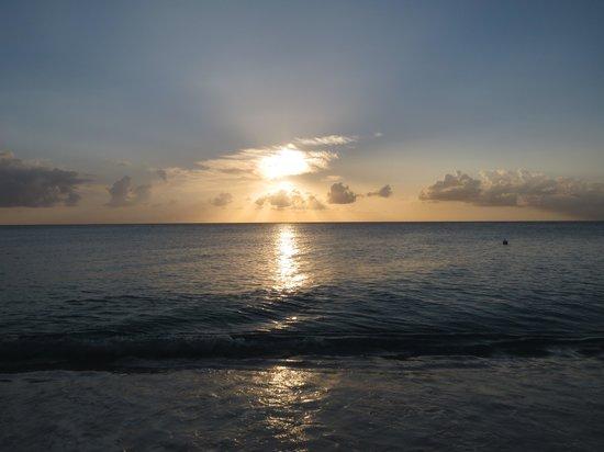 Comfort Suites Seven Mile Beach : Merveilleux coucher de soleil
