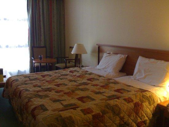 Anwar Al Madinah Movenpick Hotel : جزء من غرفة رباعية