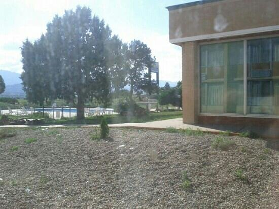 Days Inn Colorado City: grounds overgrown with weeds
