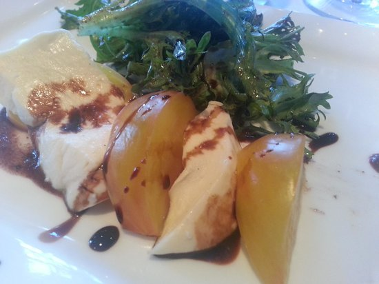 Artichoke Cafe: Heirloom tomato caprese salad