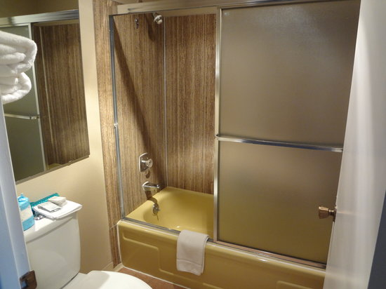 Smokey Point Motor Inn: Washroom slightly dated and small, but very clean