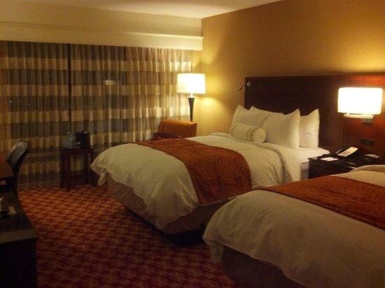 Louisville Marriott East: guest room