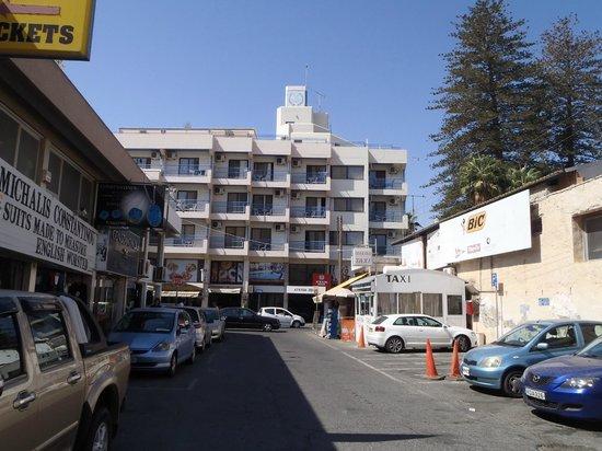 Atrium Zenon Hotel Apartments: вид на отель со стороны пляжа