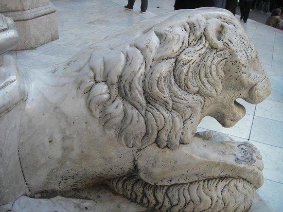 Duomo di Napoli: Lion at the Door