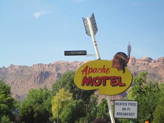 Apache Motel: Hotel sign