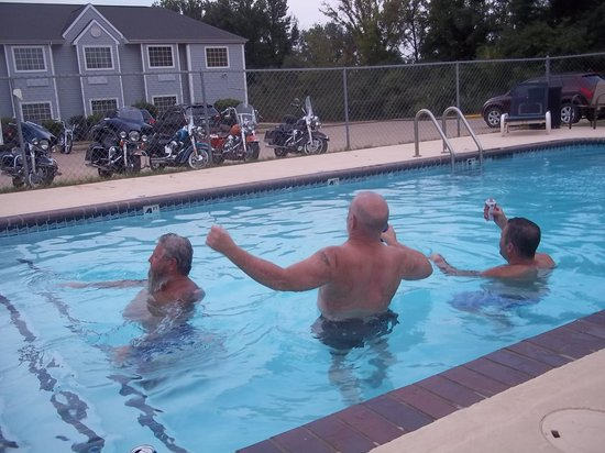 Microtel Inn & Suites by Wyndham Broken Bow: Loads of Fun Swimming