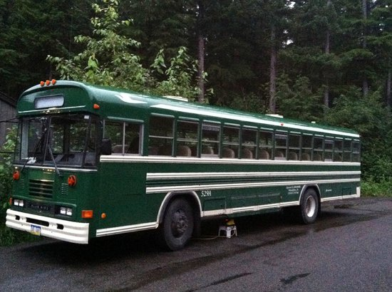 Glacier Bay Lodge: Green Bus that picks you up @ Gustavus airport