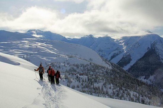 Selkirk Mountain Experience Lodge: Durrand Glacier : returning to the lodge