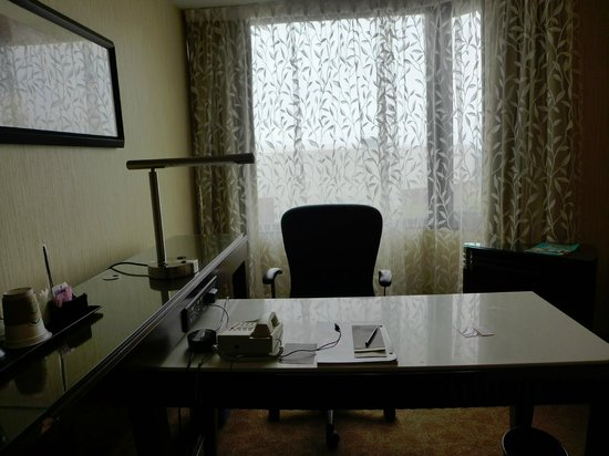 Sheraton Hamilton Hotel: Desk area of the room