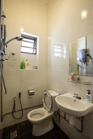 Twelve Inn Boutique Homestay (Edgecumbe Lane) - Upstairs Shared Bathroom