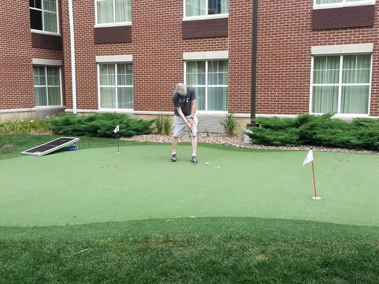 Homewood Suites Madison West : Putting green.