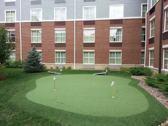 """هوموود سويتس باي هيلتون ماديسون ويست: Putting green, beanbag toss, and """"ladder ball"""" (?) games in the courtyard."""