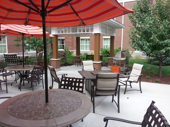 Homewood Suites Madison West: Outdoor eating area.