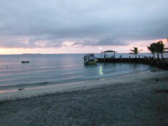 Va-i-Moana Seaside Lodge: sunset view from the beach