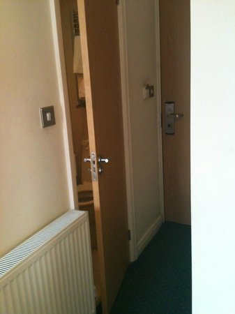 Queensway Hotel: Tiny Room, tiny entryway, tiny bathroom