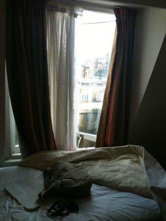 Queensway Hotel: Bed ontop of the open, dirty window