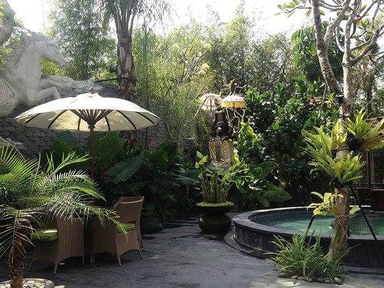 The Bali Dream Villa & Resort: Un petit déjeuner près de la piscine