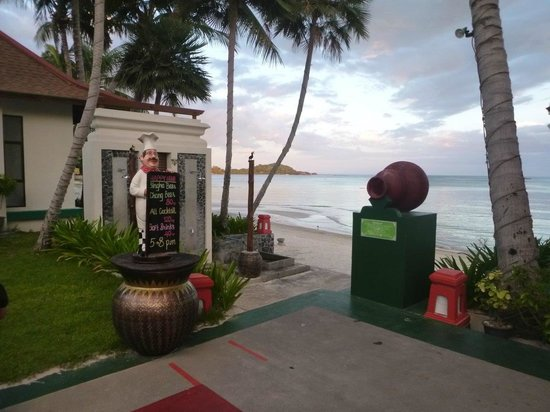 The Briza Beach Resort Samui: Down to the beach