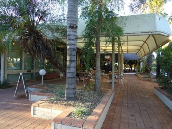 Ibis Styles Alice Springs Oasis : The restaurant outdoor area