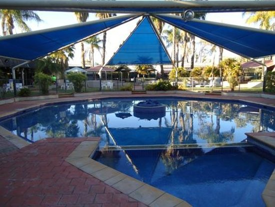 Ibis Styles Alice Springs Oasis : One of two swimming pools