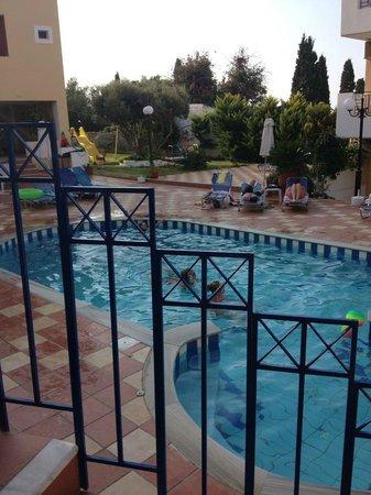 Astra Village Apartments: piscina interna
