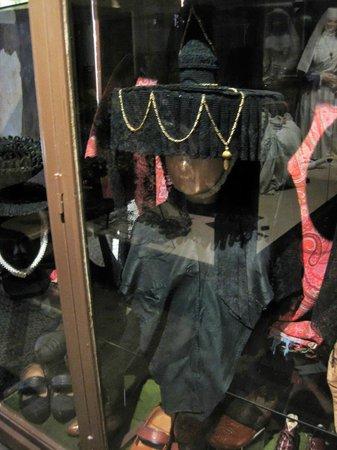 Musee traditions et vie : coiffe,élément essentiel du costume féminin